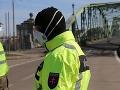 V Bardejove napadlo 50 ľudí policajnú hliadku: Zasahovať museli desiatky policajtov