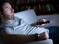 lenivý muž na gauči pred tv