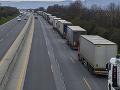 KRONAVÍRUS Približne 20 kilometrov dlhú kolónu vytvorili na východe Rakúska nákladné vozidlá
