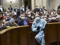 Ukrajinskí poslanci s ochrannými