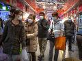 Ľudia nakupujú na trhu
