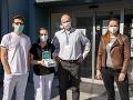 Na snímke spred laboratória virológ Boris Klempa (uprostred)