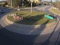 VIDEO Ožratý Poliak na suzuki si nevšimol kruhový objazd: Neuveríte, čo sa stalo po drsnom náraze