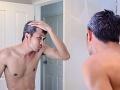 Pribúda vám čoraz viac šedivých vlasov? Vyhýbajte sa jednej z hlavných príčin tohto javu