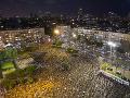 FOTO S odstupom a rúškach: Izraelčania protestujú v uliciach proti premiérovi