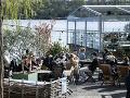 Ľudia pijú a jedia na terase reštaurácie v Štokholme počas koronavírusovej pandémie.