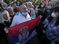 KORONAVÍRUS Opoziční lídri v Srbsku protestovali pred parlamentom aj napriek zákazu vychádzania