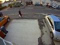 Chodec išiel z nákupu, keď sa zrazu strhla hrôza na VIDEU! Okamihy, ktoré by nechcel zažiť nikto