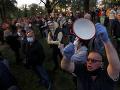 Stovky ľudí v Belehrade vyšli do ulíc: Proti prezidentovi Vučičovi protestovali pred jeho úradom