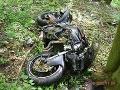 Hrozivá nehoda na FOTO: Mladý motorkár (21) utrpel silný náraz, ktorý zlomil aj stĺp