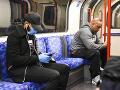 Pasažieri v londýnskom metre.
