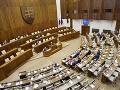 Poslanci posunuli vládne návrhy do druhého čítania: V stredu ich čakajú správy