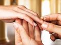 Žena donútila manžela, aby jej kúpil tri snubné prstene: Jej vysvetlenie rozzúrilo ľudí