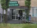 Erika Judínyová a Štefan Skrúcaný boli posledný deň v týždni vybavovať. Zašli aj do lekárne.