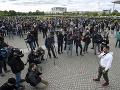 KORONAVÍRUS Tisíce Nemcov vyšlo do ulíc: Dosť bolo obmedzení! Zaútočili aj na novinárov