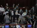 VIDEO Divočina v hongkonskom parlamente: Po hádke sa strhla bitka poslancov, toto bola rozbuška