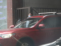 PIATOK 15.MÁJ 17:36 - Žitňanská odchádza z domu. Pri bráne zastavuje a Šeliga k nej nastupuje do auta.