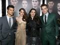 Zľava, americký Taylor Lautner, americká herečka Kristen Stewartová, americká spisovateľka Stephanie Meyerová a britský herec Robert Pattinson