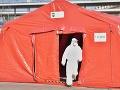 KORONAVÍRUS Stany pred vstupom do nemocnice v Trnave už rozobrali hasiči
