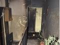 FOTO Polícia obvinila dvojicu mužov: Mali zapáliť dvere na byte v Novom Meste nad Váhom