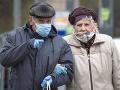 Seniori s ochrannými rúškami