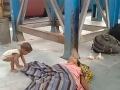 Chlapček zarmútil celý svet: VIDEO Na vlakovej stanici márne budí svoju mŕtvu mamu (†23)