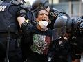 Policajti zasahujú počas pokračujúcich