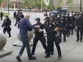 Policajt na proteste strčil