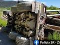 FOTO Nehoda v Podbieli: Prevrátené nákladné auto zablokovalo železničnú trať, dopravu museli zastaviť