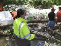FOTO Ján Budaj si vyhrnul rukávy: V Jasove čistili úsek rieky, minister plánuje zmeny zákonov