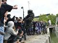 Vandalizmus počas protestov v Británii: FOTO Demonštranti zničili sochu otrokára