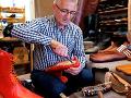 KORONAVÍRUS Rumun vyrobil topánky, ktoré majú udržať odstup medzi ľuďmi: Veľkosť 75!