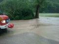 PRÁVE TERAZ V Drietome sa vylial potok: Takmer 30 hasičov odčerpáva vodu zo zatopených domov a pivníc