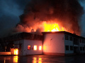 AKTUÁLNE Výrobnú halu na Orave zachvátili plamene: FOTO Zasahujú desiatky hasičov