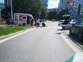 V bratislavskom Ružinove sa zrazila cyklistka s autom: Ženu previezli do nemocnice
