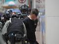 Polícia v Hongkongu zatkla 180 demonštrantov: Až sedem z nich na základe nového zákona