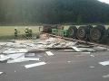 FOTO Hrozivá nehoda pri Nitrici: Zrážka kamióna a osobného auta si vyžiadala jednu obeť