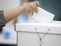 Volička vhadzuje hlas do