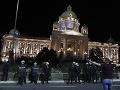 FOTO Srbská polícia slzným plynom rozohnala demonštrantov: Tí vtrhli do budovy parlamentu