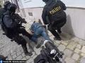 Zásah v centre Bratislavy: Šokujúce VIDEO! Muž už ležal na zemi... Nekop ho, točia to, kričal policajt
