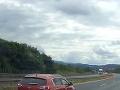 VIDEO šokujúceho manévru na diaľnici: Vodič auta s prívesom skončil otočený v protismere