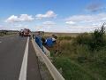 Tragická dopravná nehoda pri Trebišove: Auto skončilo na streche, o život prišla jedna žena