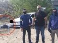 So spútaným mužom sa fotili ako s trofejou: FOTO Šokujúce zistenie! Falošný policajt pri zákroku?