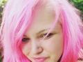 Leona siahla po ružovej.