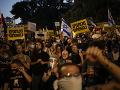 Rušná noc v Izraeli: FOTO Tisíce demonštrantov žiadali odstúpenie premiéra Netanjahua