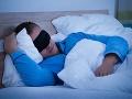Poriadna drzosť: Muž okradol kamaráta v spánku, peniaze mu vzal spod hlavy