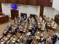 Napätie v parlamente! Týchto 18 koaličných poslancov porušilo dohodu: Hlasovanie s Kotlebom