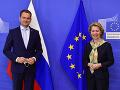 Predsedníčka Európskej komisie Ursula Von der Leyenová (vpravo) víta slovenského premiéra Igora Matoviča pred ich stretnutím v sídle Európskej rady v Bruseli