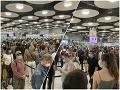 Šokujúce ZÁBERY z najväčšieho letiska v Anglicku: To je vtip? Pohoršuje sa cestujúci