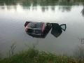 FOTO Hasiči v akcii: Autu zlyhali brzdy, skončilo v jazere